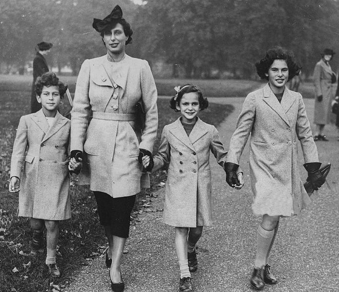 Lydie Louise Yvonne Cahen d'Anvers avec ses enfants Evelyn, Anne and Renee dans Hyde Park à London -22 octobre 1937 - source Getty Images